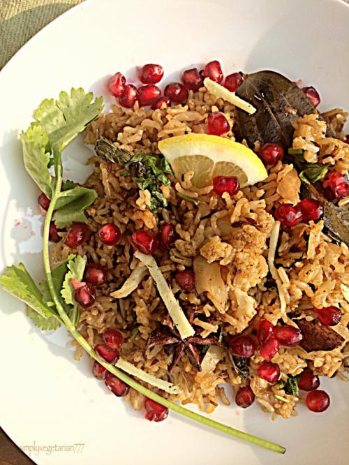 Gobhi Anar Pulav is figure friendly rice preparation made with brown rice, cauliflower and pomogrenate pearls. #pulav #vegetablepulav #cauliflowerrecipes #brownrice #diabetesrecipe #weightwatchers