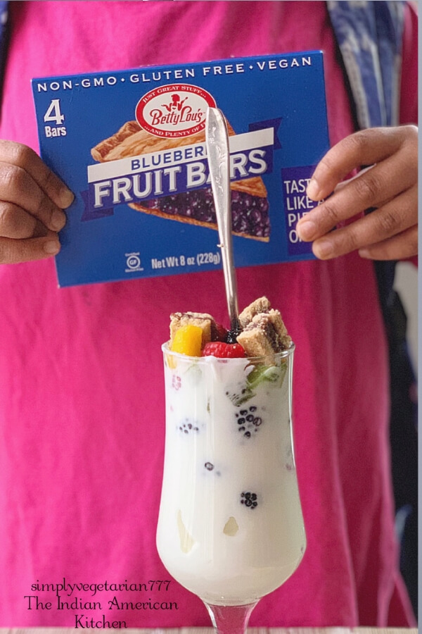 This Breakfast Bar Parfait is perfect for your delicious breakfast needs or late night healthier dessert. It is made with Betty Lou's Fruit Bars bought from Walmart. #bettylous #BettyLousAtWalmart #PMedia #ad #breakfast #healthydessert #parfait
